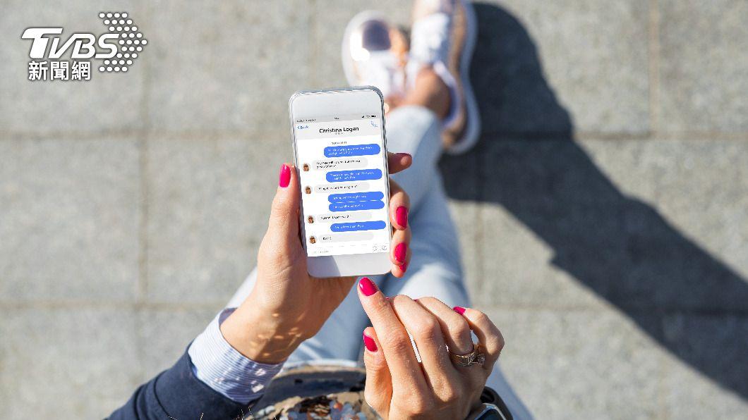 有民眾在臉書散步新冠確診者不實足跡。(示意圖/shutterstock達志影像) 散布確診者不實足跡 35歲女臉書貼文遭法辦