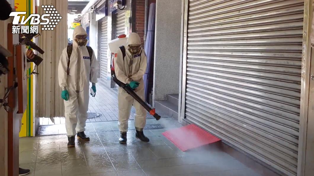 國軍33化學兵群於台北市萬華區街頭消毒。(圖/TVBS) 206例本土!新北97例「板橋確診最多」 台北集中萬華