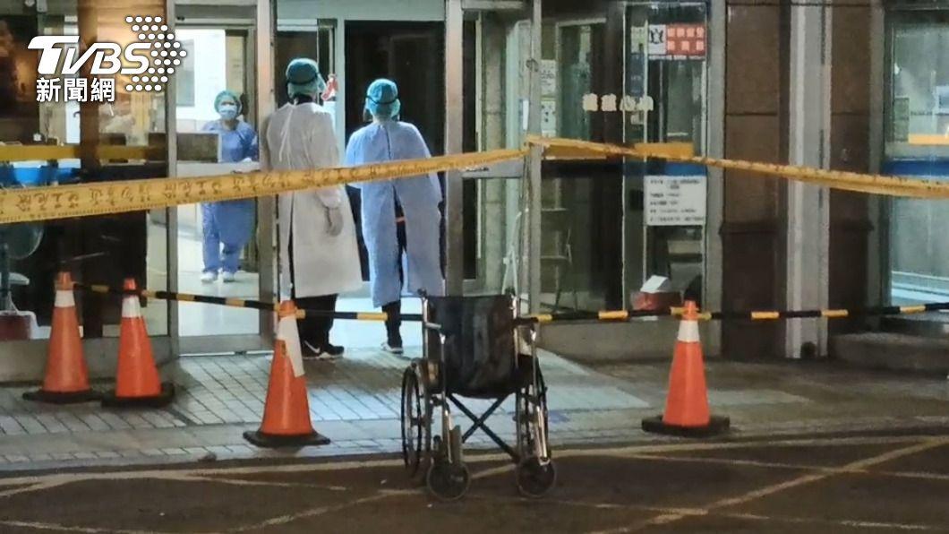 新竹縣傳出確診個案,家長急忙去醫院採檢。(圖/TVBS資料畫面) 206例本土8縣市淪陷!最小僅2歲 「這年齡層99人染疫」