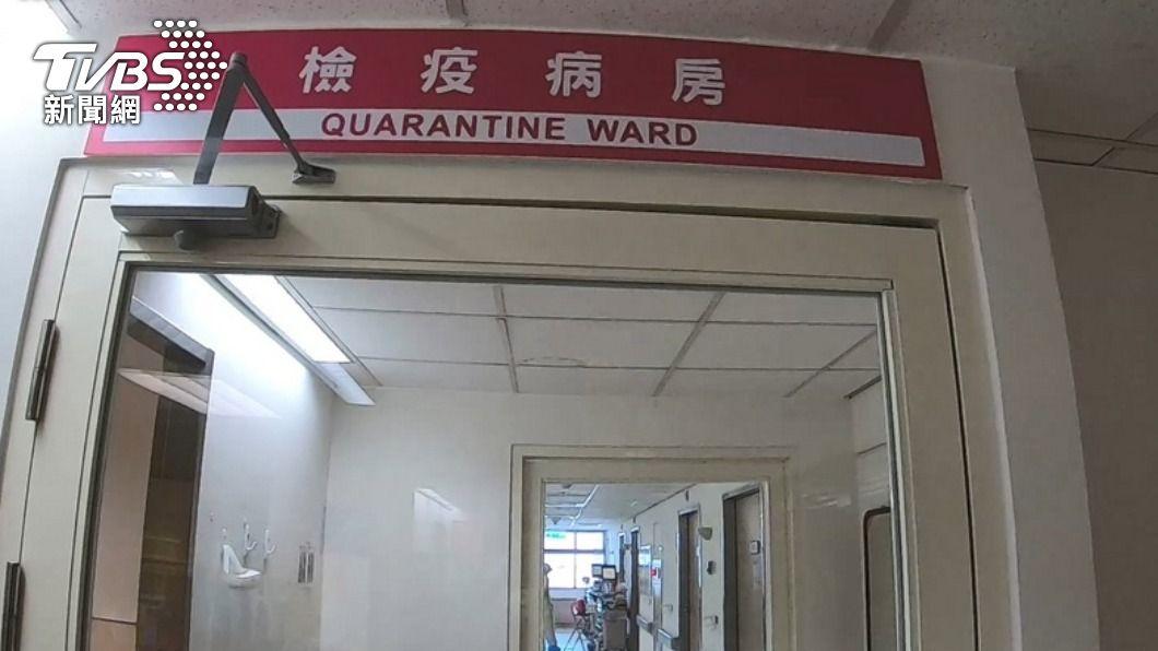 醫院負壓病床吃緊,政府籲輕症確診者在家等候。(圖/TVBS) 不是重症住不了院!婦輕症確診在家隔離 咳到說不出話