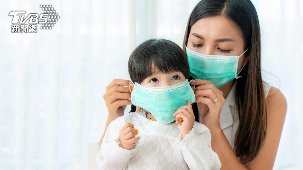 戴一層醫療用口罩已經足夠防疫。(示意圖/shutterstock達志影像) 專家駁口罩戴兩層更安全 美CDC推3摺法提升密合度