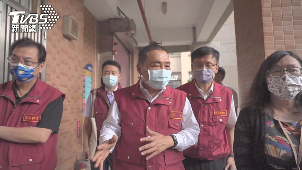 新北市長侯友宜表示疫情若持續升溫不排除該停課就停課。(圖/TVBS) 疫情若持續攀升 侯友宜:國中小該停課就停課