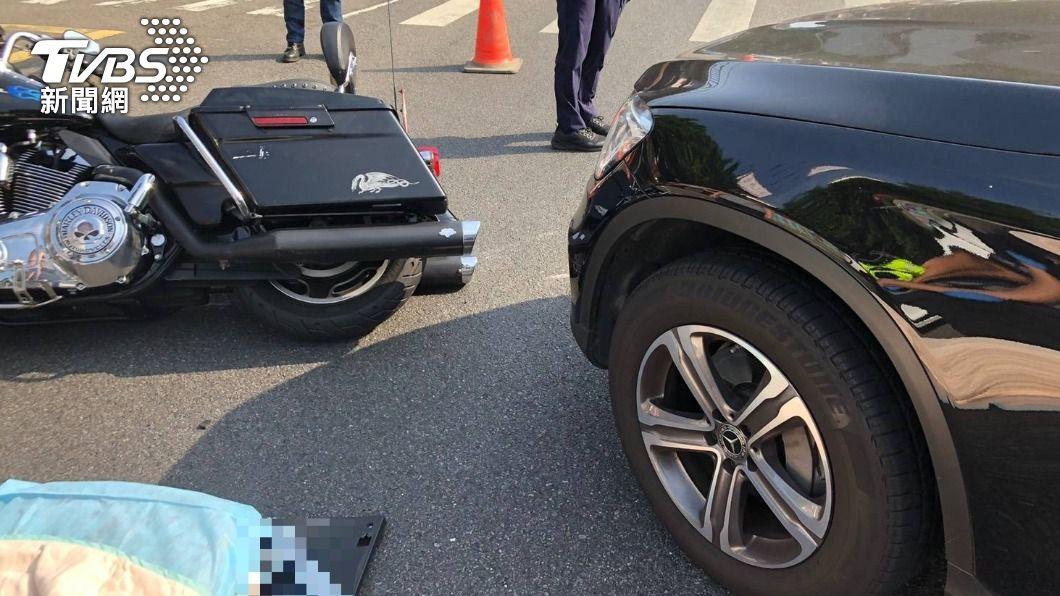 休旅車撞上哈雷機車。(圖/TVBS) 疑似轉彎車未禮讓直行車! 百萬休旅路口撞擊哈雷重機