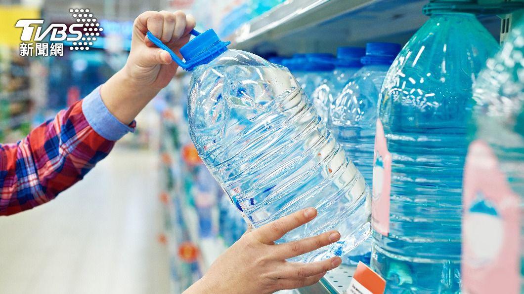 有民眾使用生鮮外送服務購買大量桶裝水。(示意圖/shutterstock達志影像) 防疫囤貨訂大桶水 外送員扛21公斤痛罵:沒良心