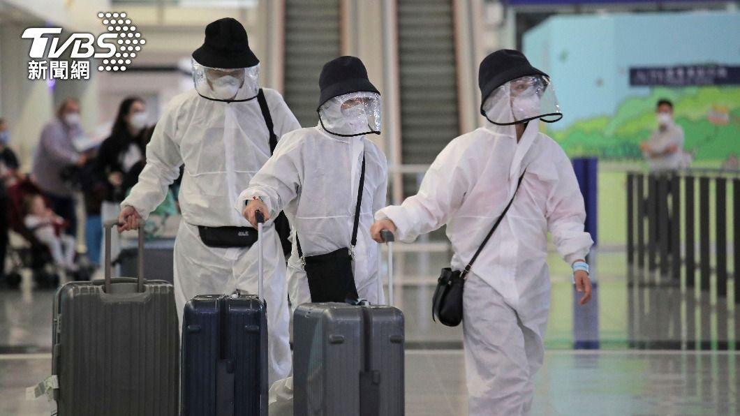 圖為旅客抵達香港機場。(圖/達志影像美聯社) 台灣抵港者檢疫加嚴 需在指定酒店強制隔離21天
