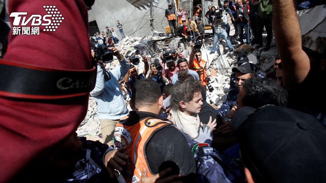 救災人員在倒塌房屋中救出受困孩童。(圖/達志影像路透社) 無辜婦孺命喪加薩 聯合國秘書長籲以巴停火
