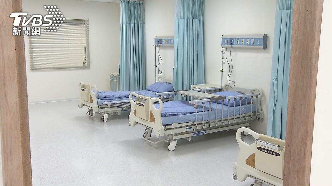 隔離病患在病房內透過手機執業。(示意圖,非當事畫面/TVBS) 阿公店從業人員「隔離病房內執業」 誇張行徑看傻醫護