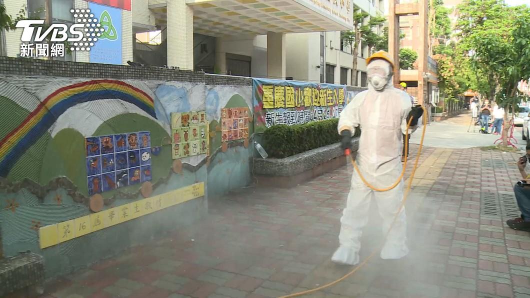 台中市重慶國小消毒。(圖/TVBS) 台中小六女童確診 母居家隔離外出市府開罰20萬