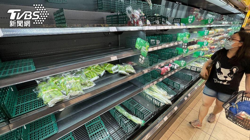超市蔬菜快賣光。(圖/中央社) 防疫現搶購潮蔬菜批發價漲4成 農糧署:供應無虞