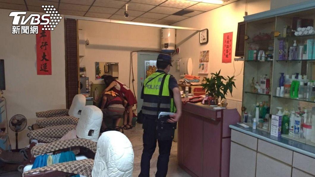 高市政府宣布八大場所須關門停業,市警局抓到18件違規。(圖/中央社) 八大行業娛樂場所違規營業 高市警兩天抓18件