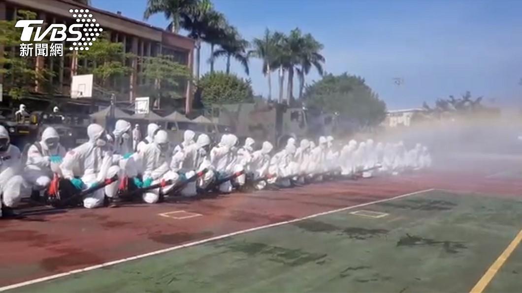 化學兵群日前支援北市萬華噴消。(圖/TVBS) 本土再飆新高!「狂增333例」台北158最多