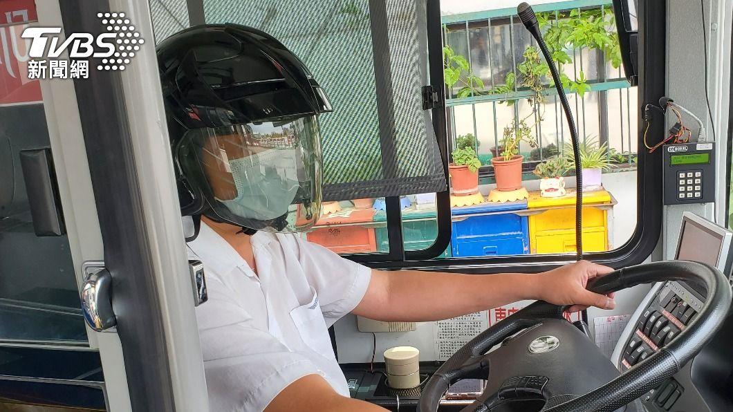 公車司機自備安全帽防疫。(圖/TVBS) 公車司機「自備安全帽」防疫裝備 上工賺錢喊:怕得要死