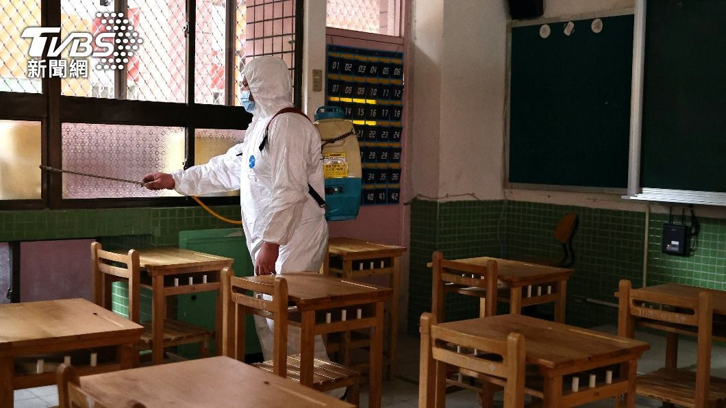 重慶國小一名小六女學生確診,該校進行消毒作業。(圖/達志影像路透社) 【今日熱搜】重慶國小/亞東醫院/彰化/學習吧/教育部