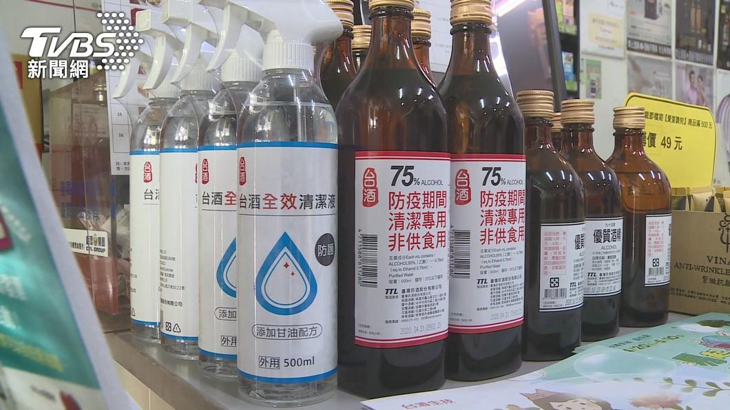 現在疫情嚴重,不少民眾瘋搶消毒酒精。(圖/TVBS) 超商買嘸消毒酒精 大媽狠撞玻璃嗆店員:叫物流車等我