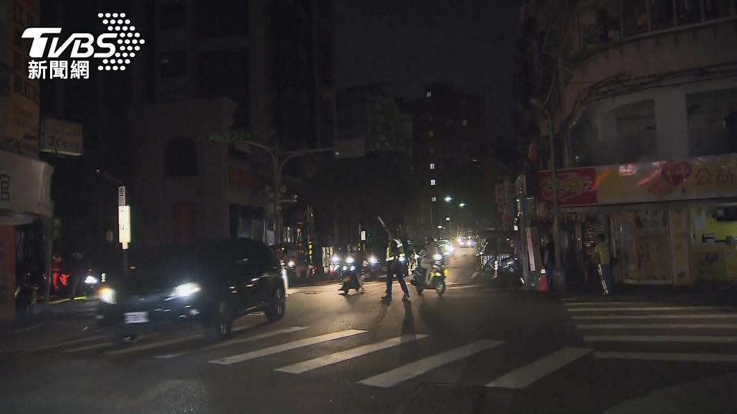 昨晚又再度停電。(圖/TVBS) 用電量飆高C、D組輪流停電 台電曝下個停電組別
