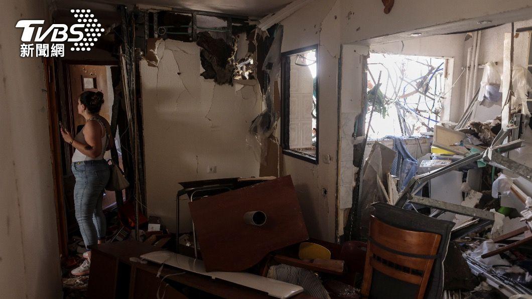 當地民眾在房屋遭空襲波及後,入內視察毀損情形。(圖/達志影像路透社) 加薩空襲不歇 孤兒院、學校、防疫中心都成廢墟
