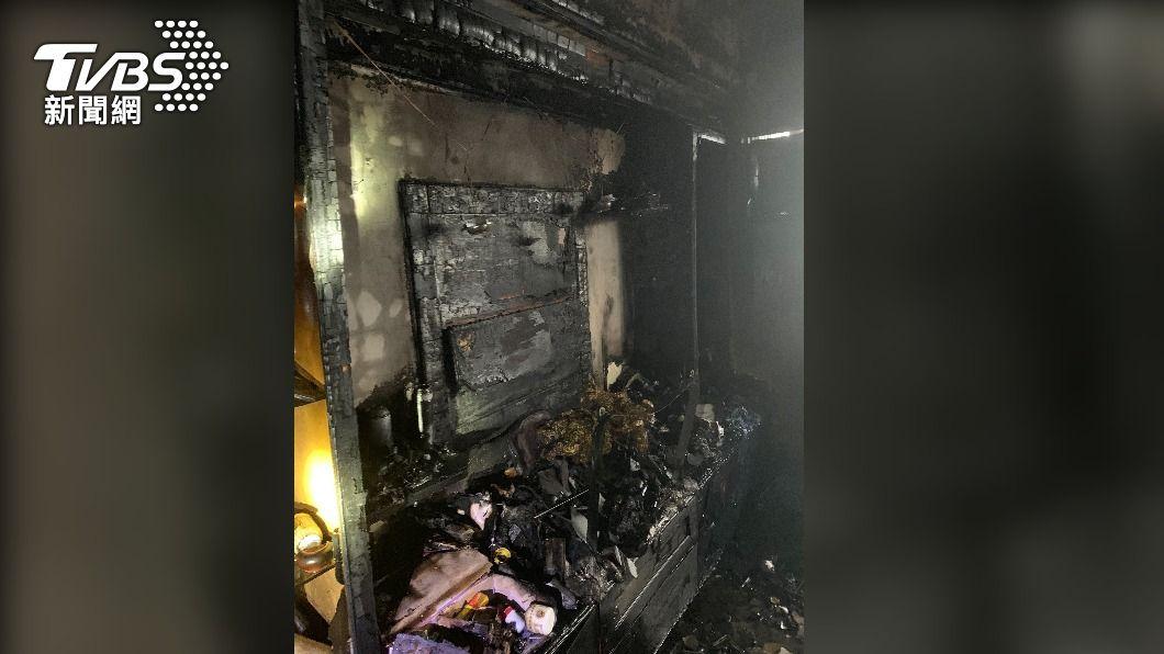95歲胡姓老翁家客廳起火。(圖/TVBS) 左營清晨社區大樓火警 9旬老翁手腳2度燒燙傷送醫