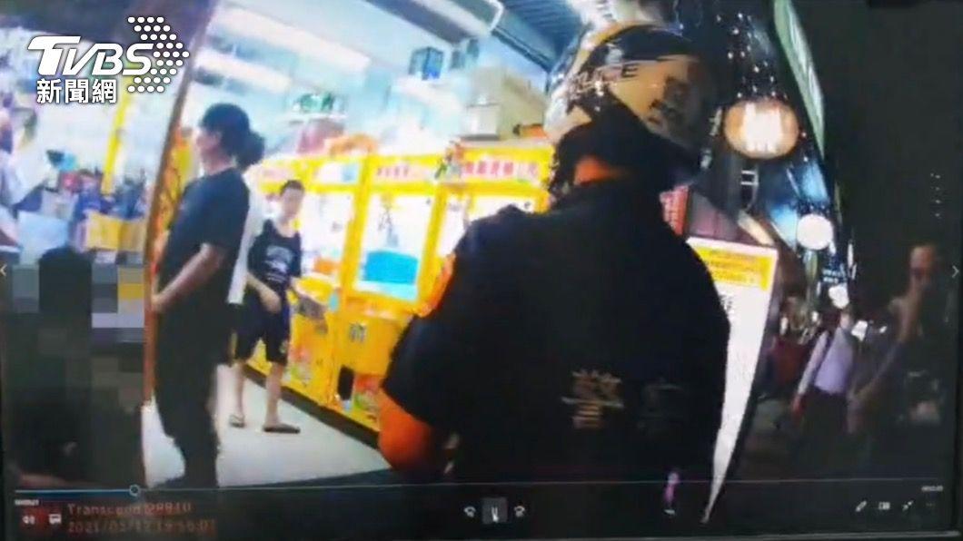 雙城街娃娃機店仍開業。(圖/TVBS) 不顧疫情!娃娃機店仍開業 警抓防疫破口最高罰30萬