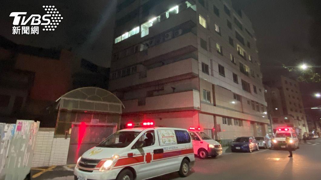 高市仁惠醫院連夜將55名員工送往隔離並採檢。(圖/中央社) 高市仁惠醫院重症患者轉移費時 持續執行清零中
