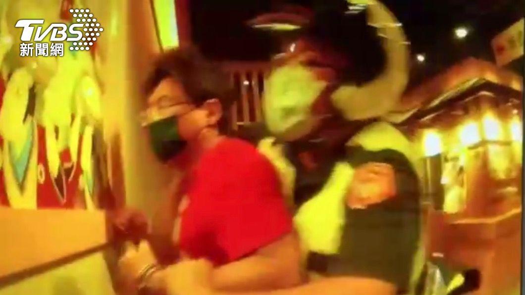 方姓通緝犯遭警方壓制。(圖/TVBS) 又是你不戴口罩!男逛商場遭勸還嗆聲 警一查竟是通緝犯