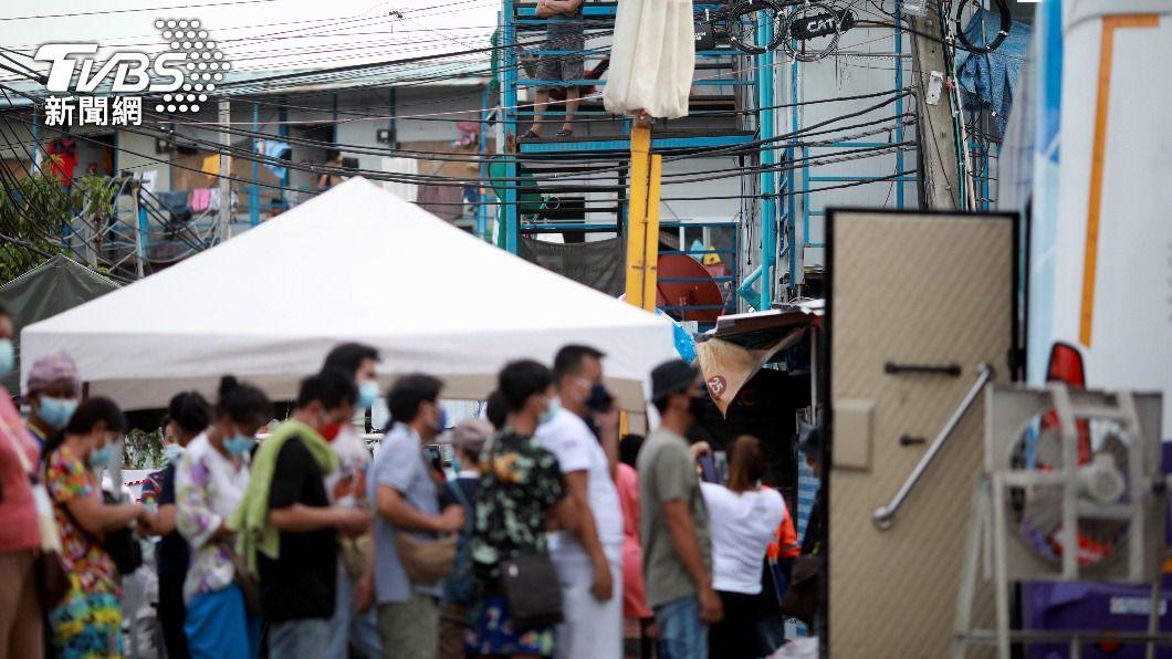 泰國排隊等待篩檢結果的民眾。(圖/達志影像 路透社) 泰國單日新增確診者近萬人 全球第三波疫情亮紅燈