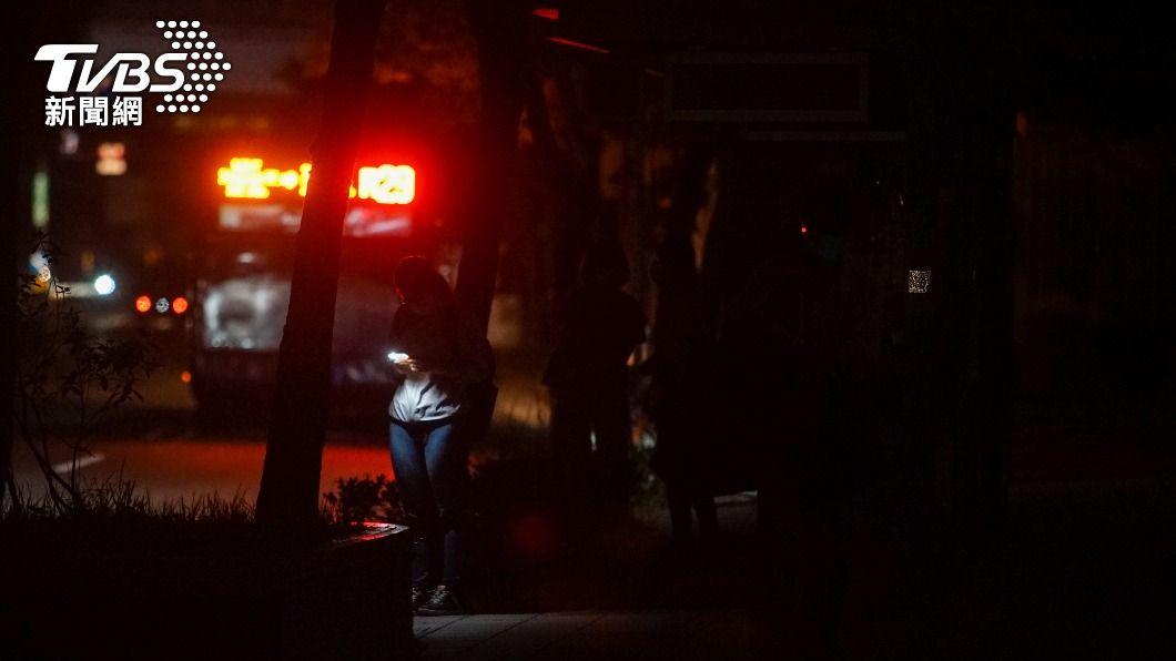 17日晚間停電,民眾摸黑等公車。(圖/中央社) C、D組成停電苦主挨轟 台電承諾:研議新規則