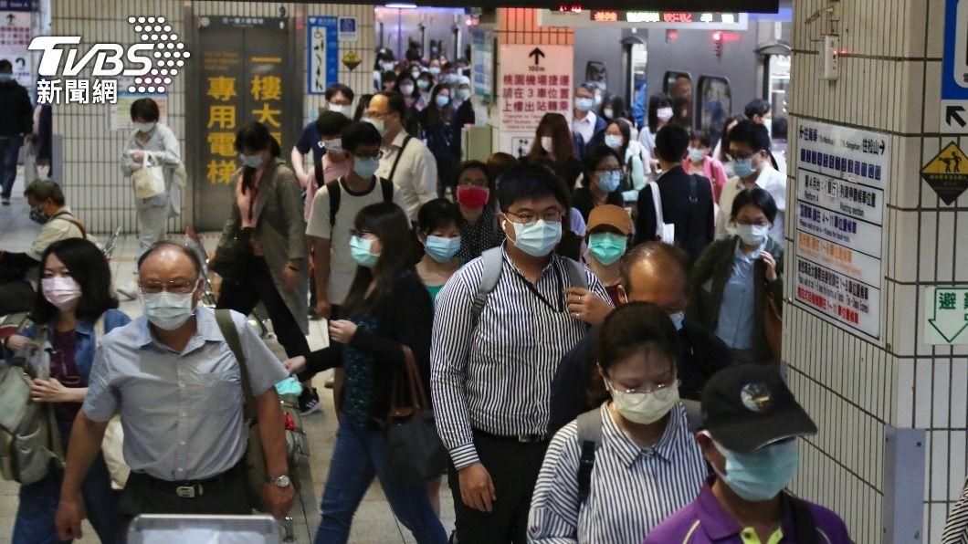 不少大學生搭車返回台東。(圖/中央社) 雙北停課學生紛返鄉 台東啟動追蹤防堵疫情進入
