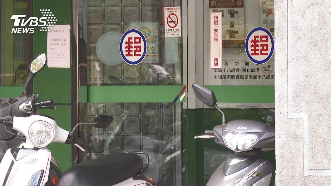中華郵政公司今日收到消息確定有一名內勤員工確診新冠肺炎。(圖/TVBS) 郵局版獅子王萬華續攤確診 同行3人得自費篩檢