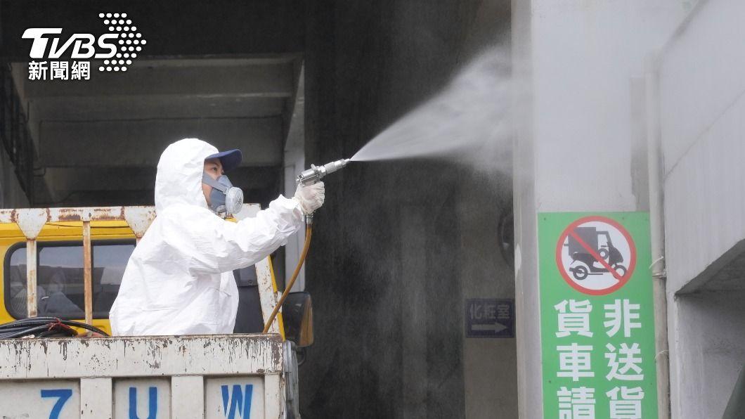 確診者曾赴新竹市果菜市場,人員緊急消毒。(圖/TVBS) 不斷更新/本土240例!足跡跨北部多縣市 屏東也入列
