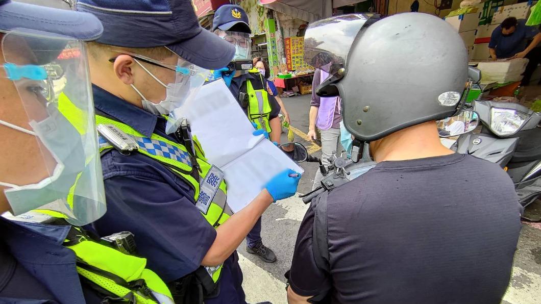 侯友宜表示,現在已不是勸導期,民眾沒戴口罩將直接開罰。(示意圖/翻攝自新北市警察局臉書) 不再勸導!新北人外出沒戴口罩「直接罰3千至1.5萬」
