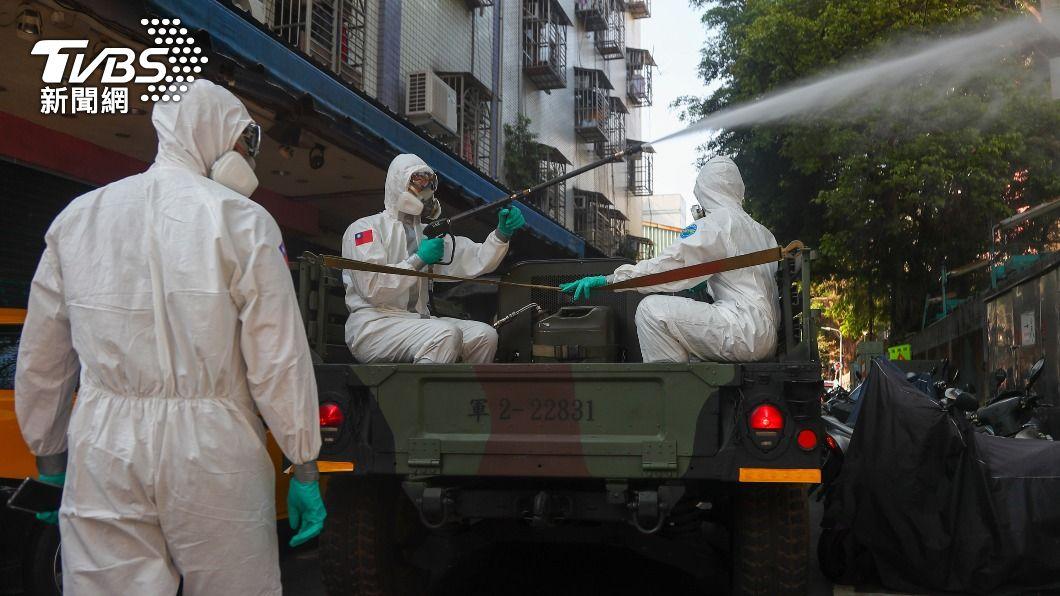 化學兵進行消毒。(圖/中央社) 網傳化學兵消毒藥劑劇毒假訊 刑事局逮一男送辦