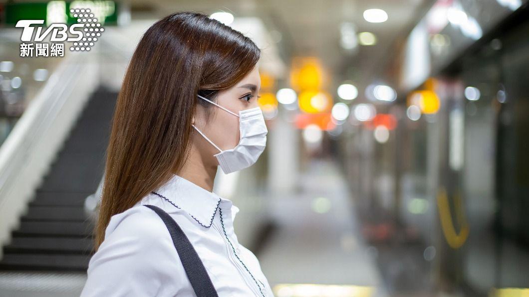口罩不離身已是疫情期間的日常。(示意圖/shutterstock 達志影像) 本土連3日破2百 外出前先學「自保穿搭」降低染疫風險
