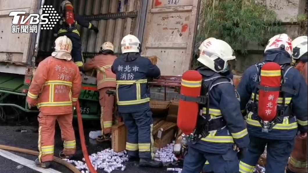 國道一輛載滿防疫酒精的物流車發生事故。(圖/TVBS) 國3凌晨火燒車 載滿「75%防疫酒精」物流車全毀