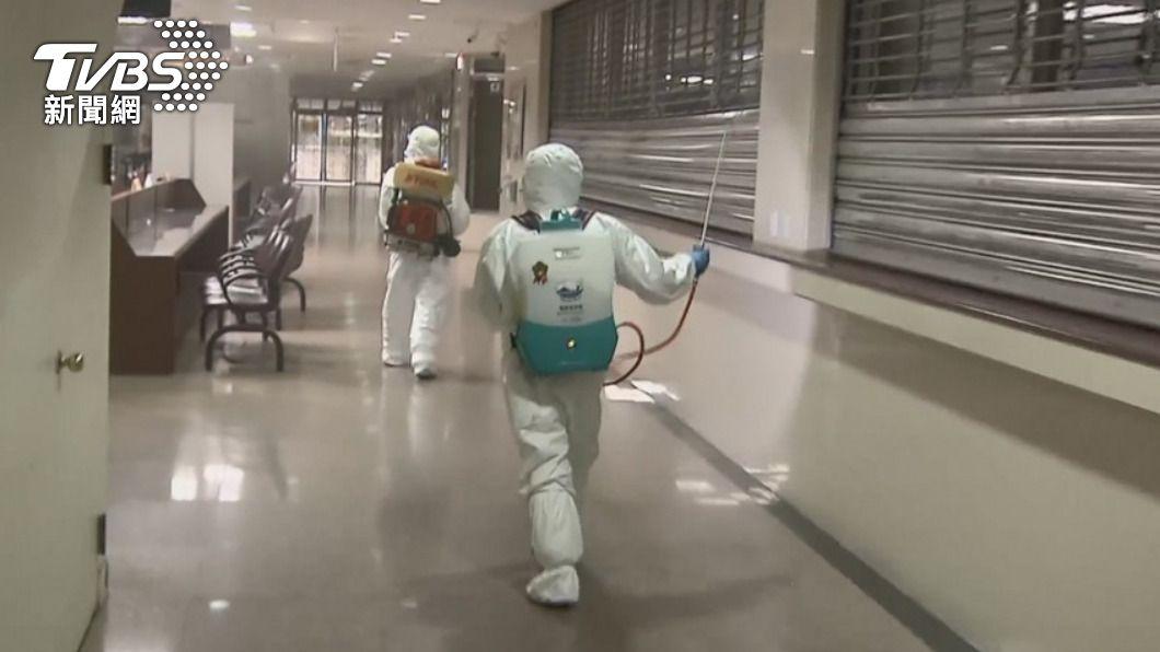 台灣本土確診個案已連四日破百例,各地加強消毒作業。(圖/TVBS) 不斷更新/本土確診連環爆! 活動停辦、異動懶人包