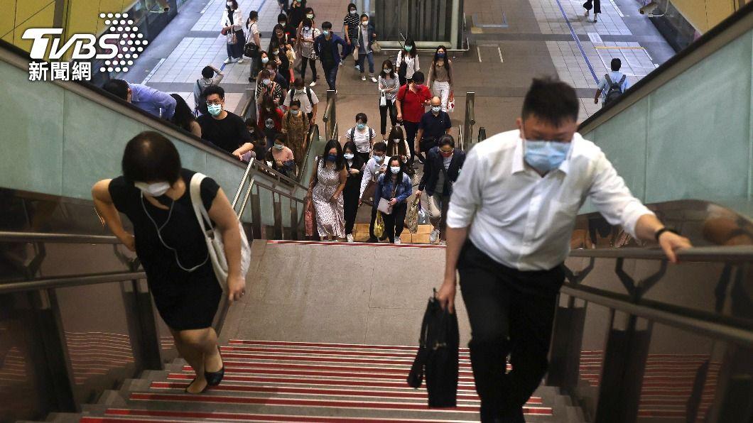 連4日本土確診暴增,公共場所均採取實聯制。(圖/達志影像路透社) 疫情拉警報!異地辦公、上課必載 3款APP超實用