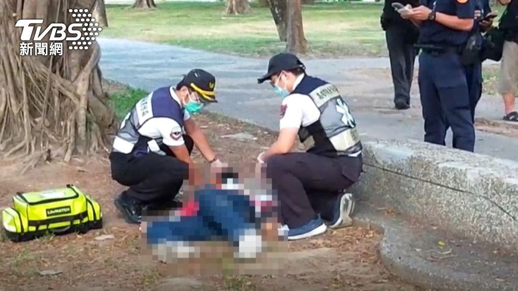 民眾清晨運動發現男子腹部插刀倒臥草地。(圖/TVBS) 中央公園晨運驚見男腹部插刀倒草地 民眾嚇壞急報警