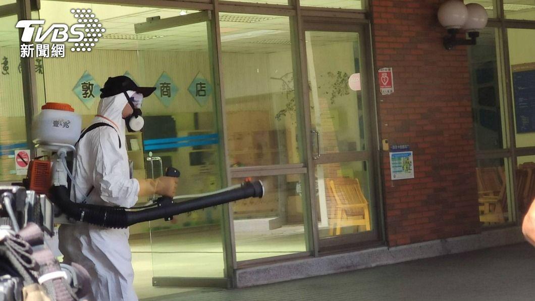 朝陽科技大學宿舍進行消毒。(圖/中央社) 朝陽科大證實1住宿生一採陽 7人居家隔離