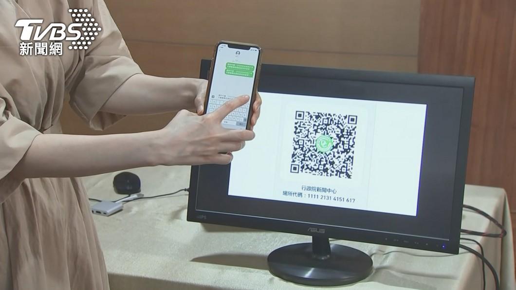 許多商家在門口貼出QR Code執行實聯制登記。(圖/TVBS) 疫情壓力變創新動力 抗疫行動下「數位轉型契機」