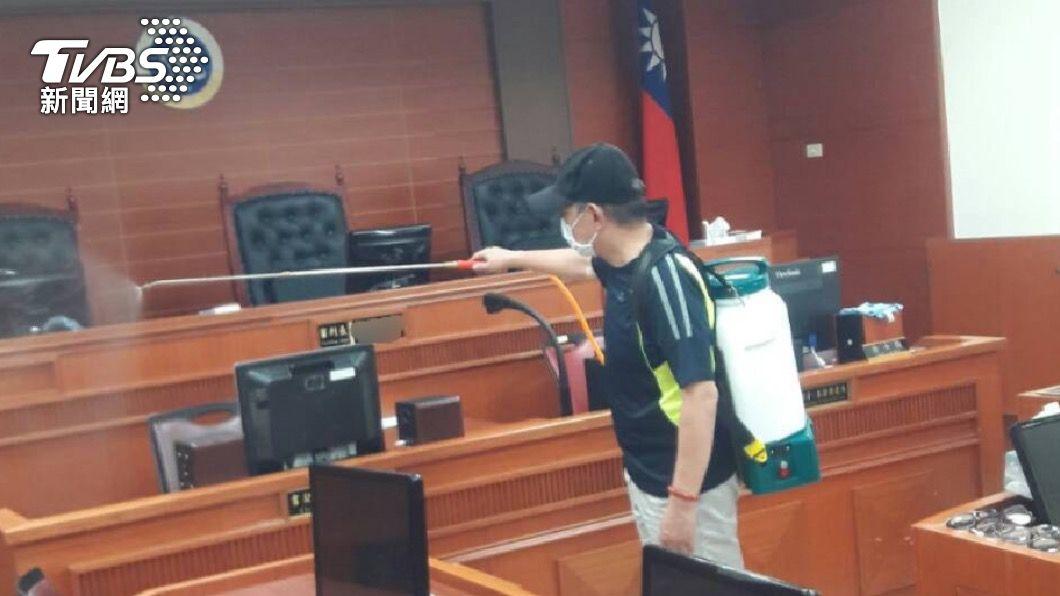 高院法庭消毒。(圖/TVBS) 確診法警曾接觸在押被告 台北看守所緊急消毒隔離