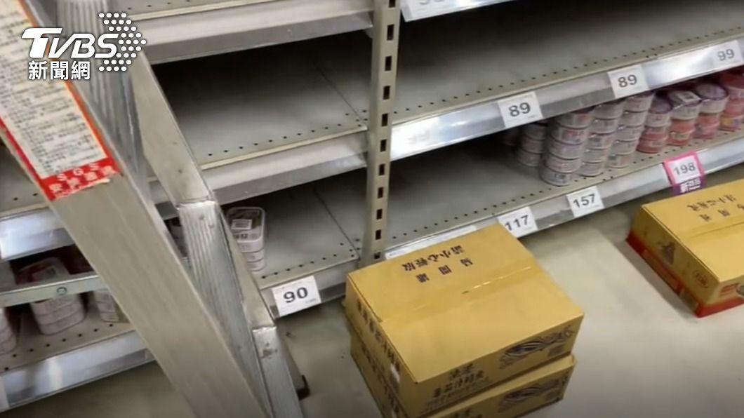 高雄搶貨潮。(圖/TVBS) 全國防疫升三級 高雄出現搶購人潮、賣場如蝗蟲過境