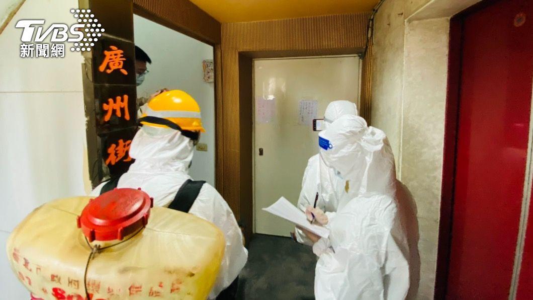 萬華警方逐一通知茶室業者採檢。(圖/TVBS) 北市確診分佈曝光!萬華216例 其餘地區不超過20例