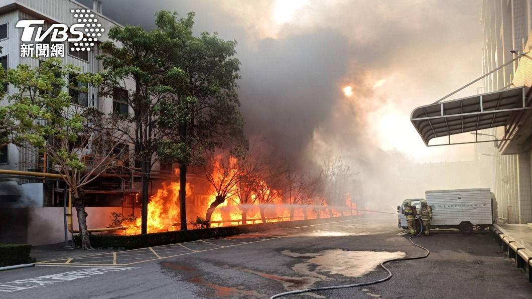 台南市生達製藥子公司發生火警,火勢猛烈,現場不斷有爆炸聲。(圖/中央社) 生達製藥子公司大火 火勢猛烈消防人員一度撤退