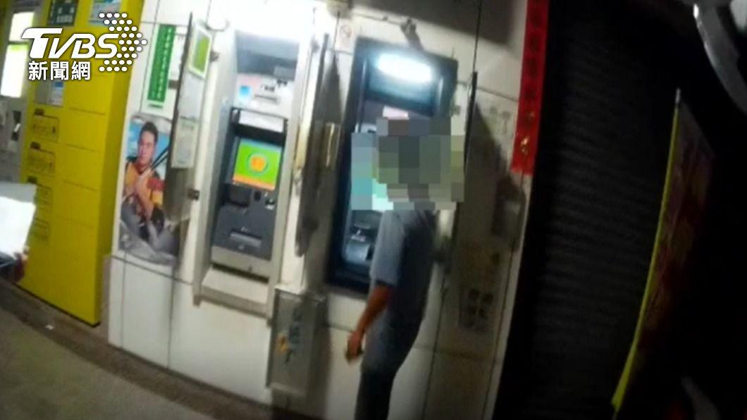 男子出門領錢心存僥倖被警方攔查。(圖/TVBS) 三級警戒!高雄首日23件「無罩」違規 最高可罰1萬5
