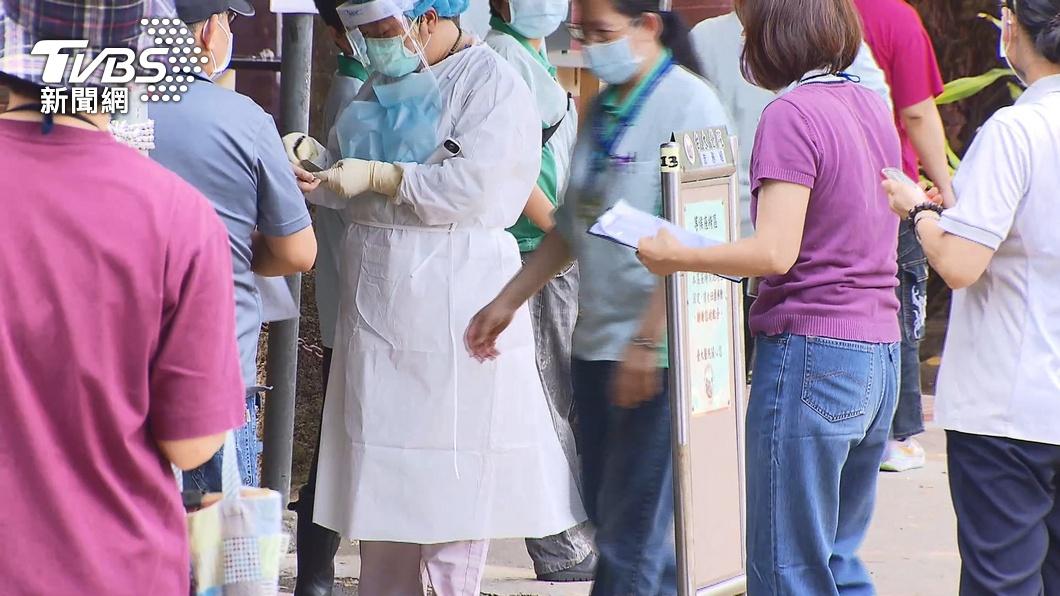 台大醫院日前對全院醫護進行快篩。(圖/TVBS) 觀點/疫苗施打仍未普及 學者:高風險族群廣篩有必要