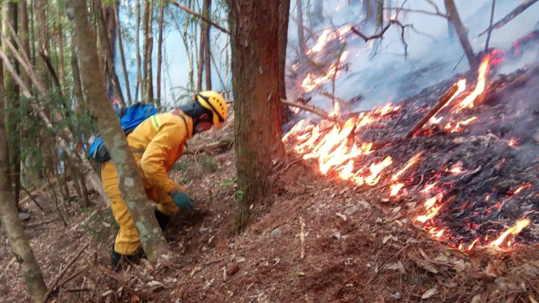 馬崙山大火。(圖/東勢林管處提供) 馬崙山大火燒兩天 東勢林管處71人投入滅火空勤馳援