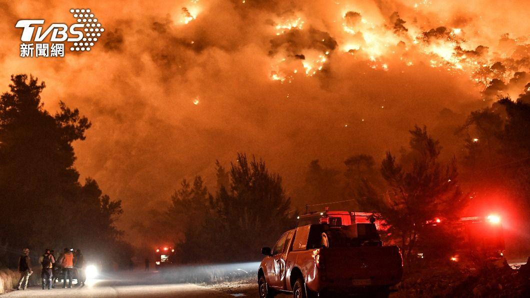 希臘19日晚間發生嚴重森林大火,夜空被火光染橘。(圖/達志影像路透社) 全球各地山火頻傳 希臘森林大火急撤300人