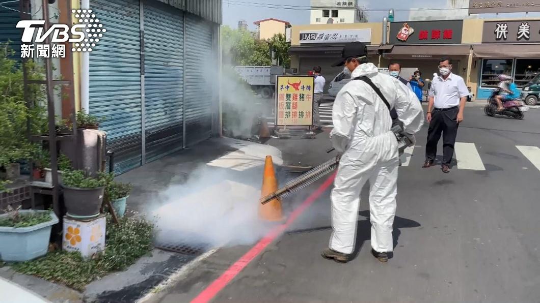 國內本土疫情蔓延,許多地區紛紛展開消毒行動。(示意圖/TVBS) 本土累計破千!他「沉溺大內宣」批蔡英文:太多昨是今非