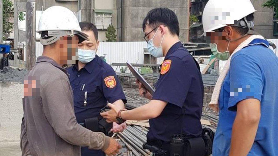 有工人在工地內抽菸被警方開單,事件曝光後掀起網友兩派論戰。(圖/翻攝自爆料公社) 工人脫口罩抽菸「警進工地開單」 現場照曝光掀論戰