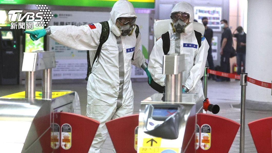 疫情升溫,捷運進行消毒。(圖/達志影像路透社) 雙北激增271本土!7天飆破1千5 萬華、板橋重災區