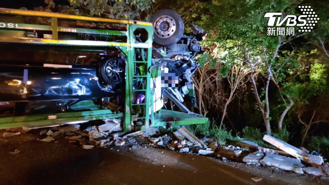 國3北上90.7公里處晚間發生車禍。(圖/TVBS) 國3北上運輸車翻覆 「路上掉滿車」駕駛頭卡車內命危